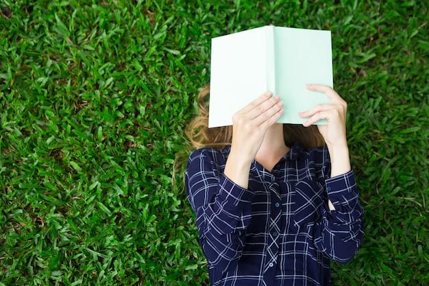 Meisje Liggend Op Gras En Lezenboek Foto Gratis Download