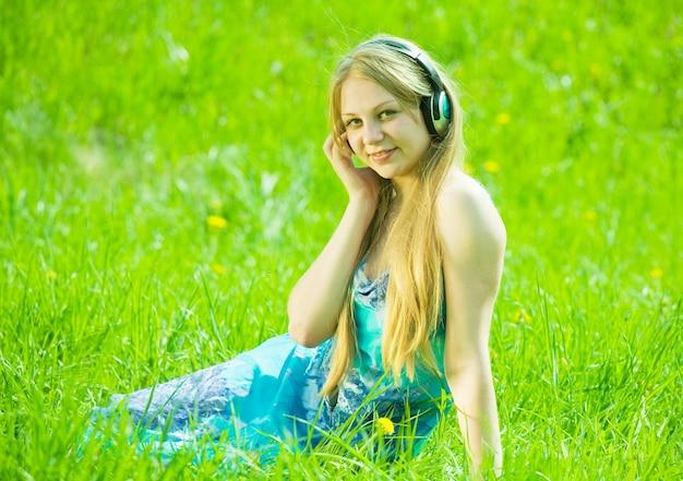 Meisje luisteren muziek in de koptelefoon Gratis Foto