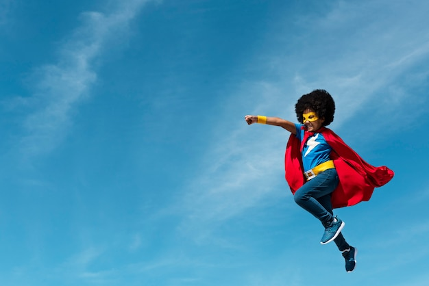Meisje met afro superheld spelen Gratis Foto