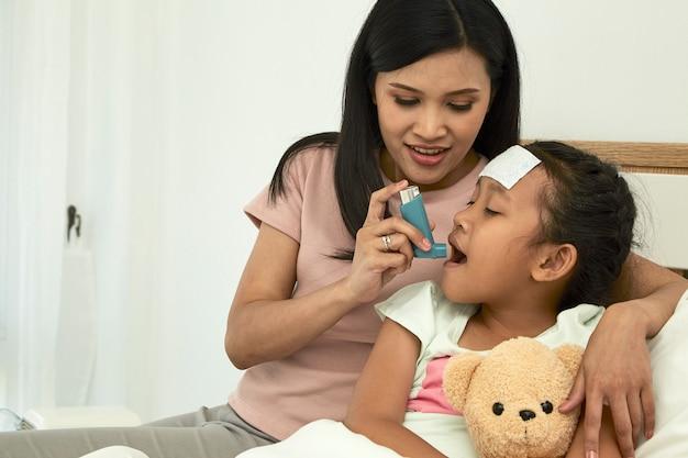 Meisje met astma-inhalator Premium Foto