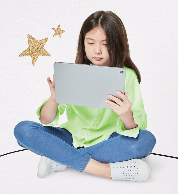 Meisje met behulp van digitale tablet in studio Gratis Foto