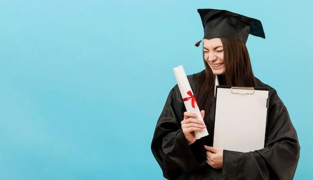 Meisje met diploma en kopie-ruimte Gratis Foto