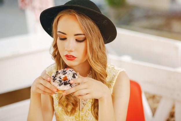 Meisje met donut Gratis Foto