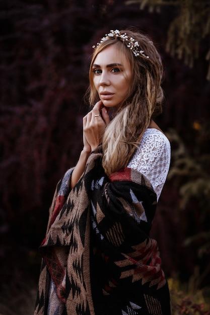Meisje met dreadlocks in poncho in de zomer Premium Foto