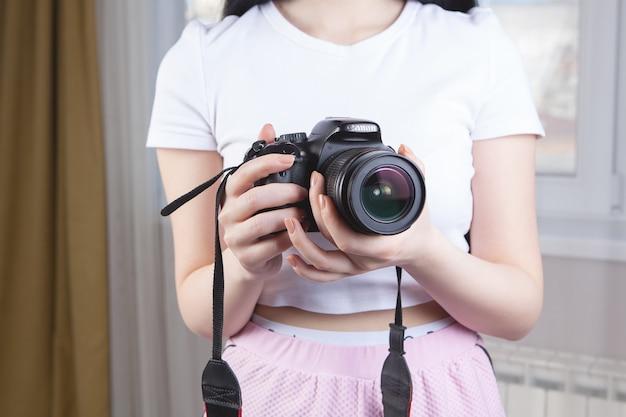 Meisje met een camera in haar handen Premium Foto