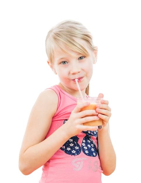 Meisje met een cocktail van grapefruit op wit wordt geïsoleerd dat. Premium Foto