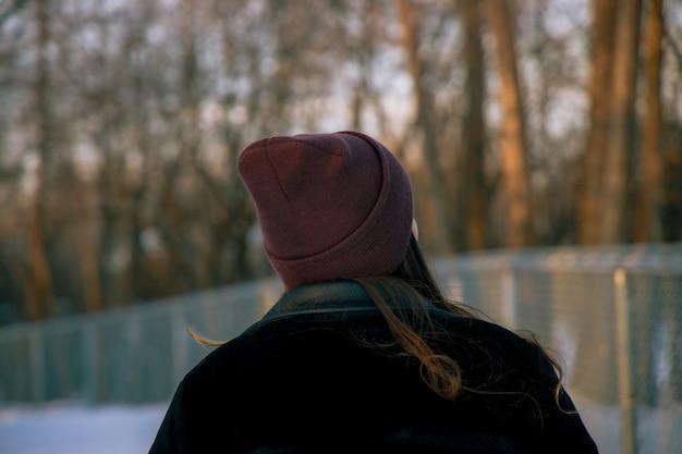 Meisje met een hoed die overdag in het bos staat Gratis Foto