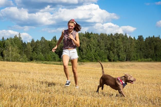 Meisje met een hond Premium Foto