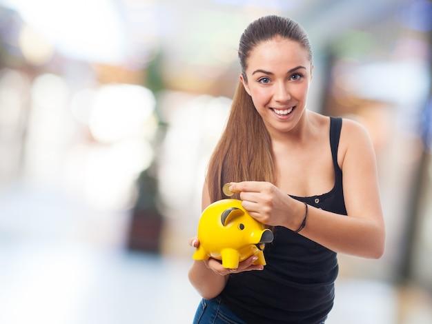 Meisje met een peggy bank Gratis Foto