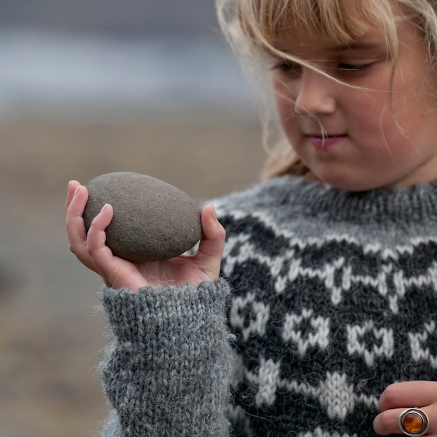 Meisje met ei-vormige steen Premium Foto