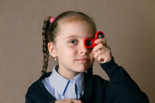 Meisje met fidget spinner hield zijn ogen omhoog Premium Foto