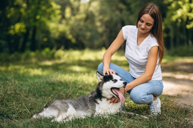 Meisje met haar hond in park Gratis Foto