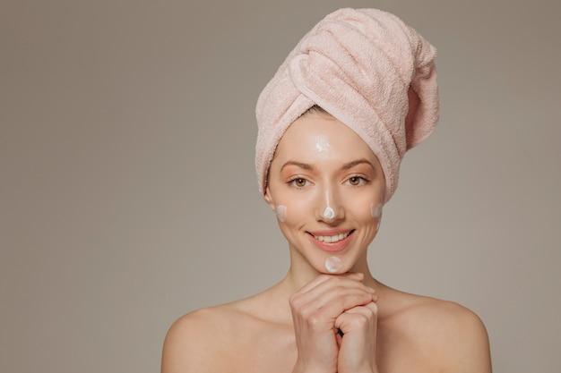 Meisje met handdoek op de hoofden glimlachen Gratis Foto