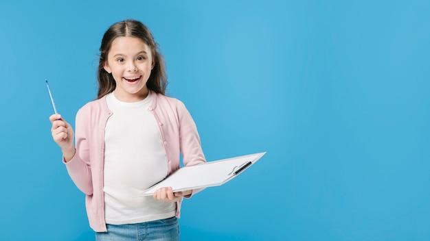 Meisje met het schilderen van kanselarij in studio Gratis Foto
