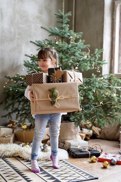 Meisje met kerst geschenkdozen Gratis Foto