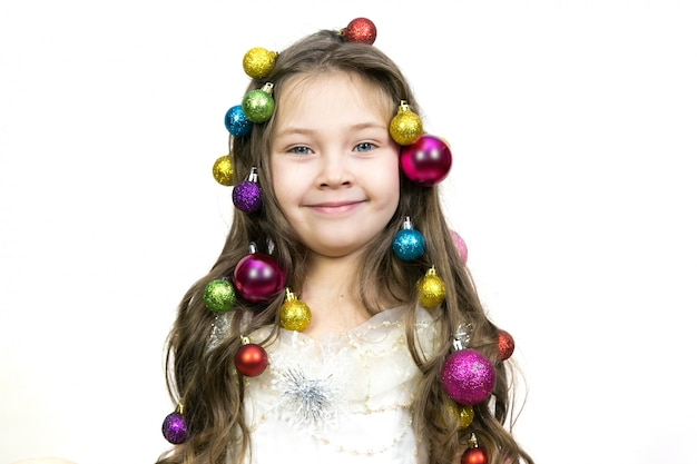 Meisje met kerstversiering op haar hoofd. Premium Foto