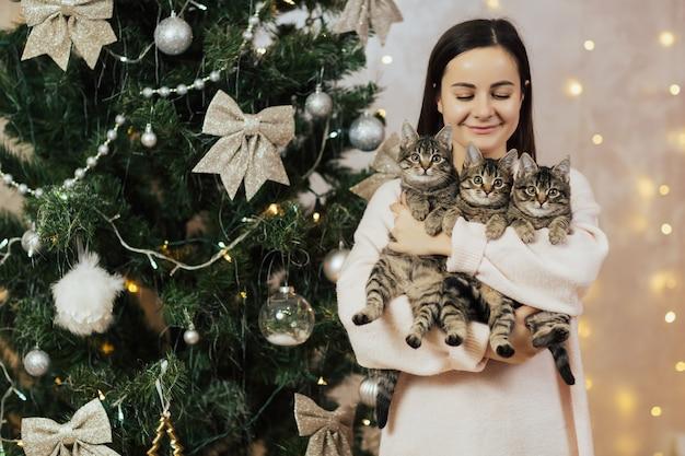 Meisje met kittens. Premium Foto
