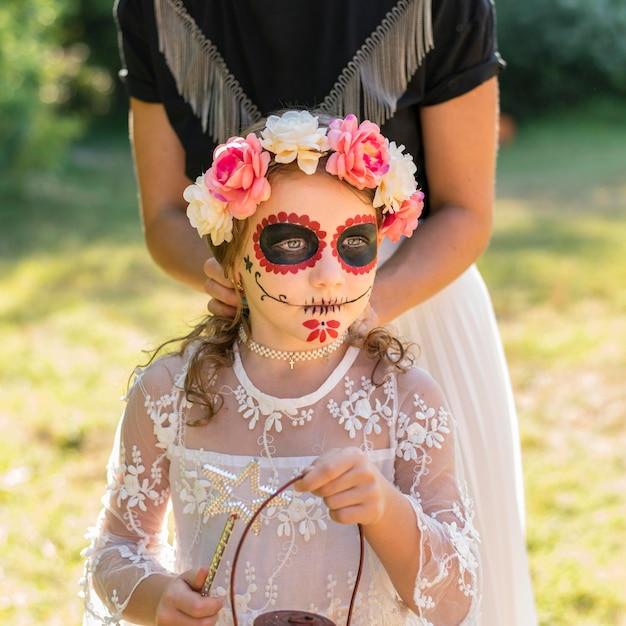 Meisje met kostuum voor halloween Gratis Foto