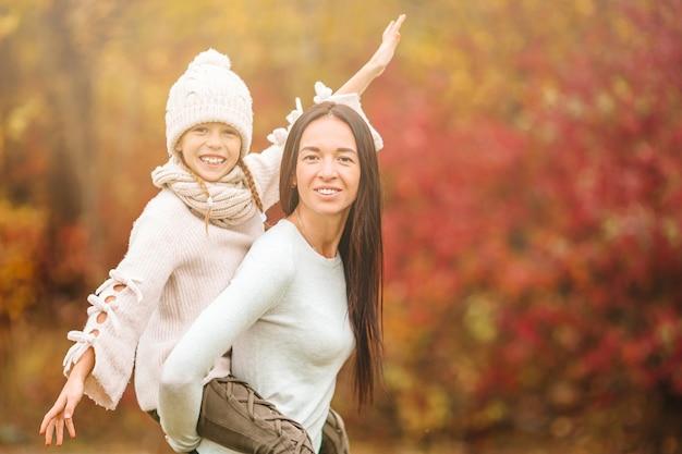 Meisje met moeder buiten in park op herfstdag Premium Foto