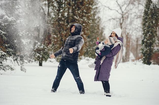 Meisje met ouders in een winter park Gratis Foto