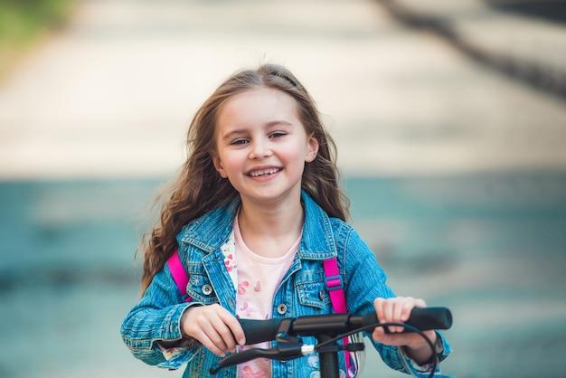 Meisje met scooter Premium Foto