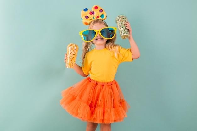 Meisje met snoep terwijl het dragen van een grote zonnebril Gratis Foto