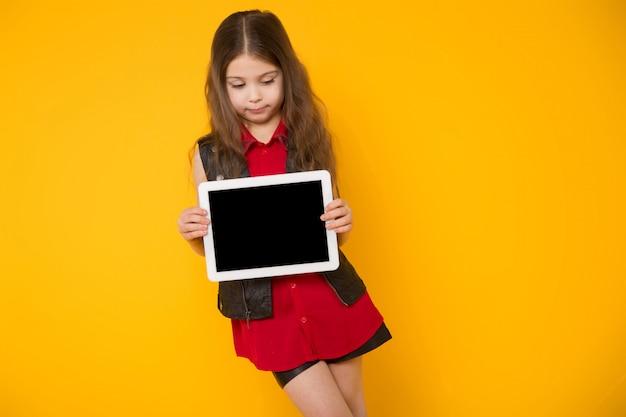Meisje met tabletcomputer Premium Foto