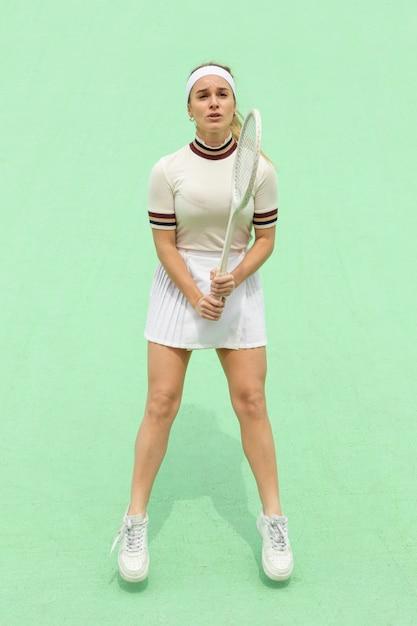 Meisje met tennisracket op een tennisveld Gratis Foto