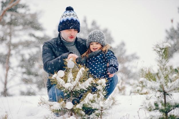Meisje met vader het spelen in een de winterpark Gratis Foto