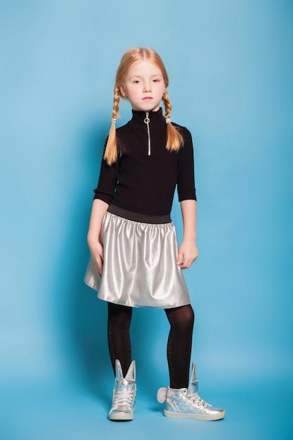 Meisje met vlechten in stijlvolle kleding Premium Foto