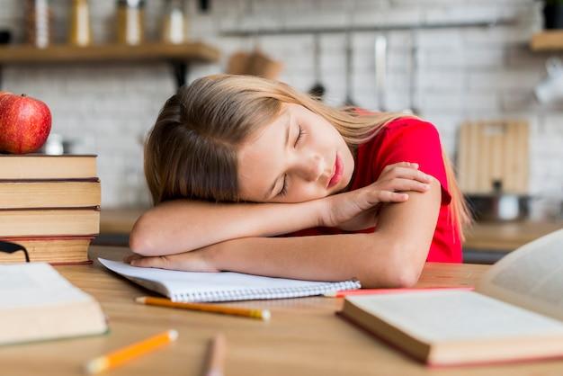 Meisje moe tijdens het doen van huiswerk Gratis Foto