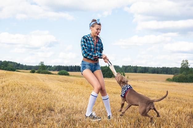Meisje om een hond te trainen Premium Foto