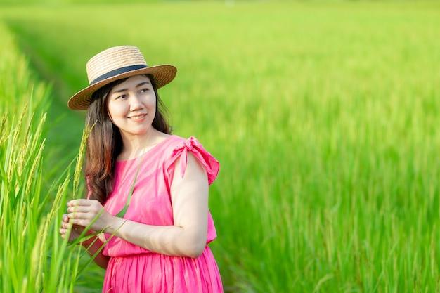 Meisje op het groene gras Premium Foto