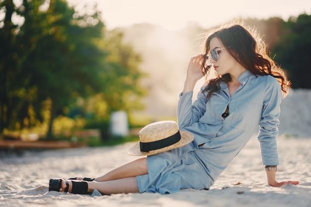 Meisje op het strand Gratis Foto