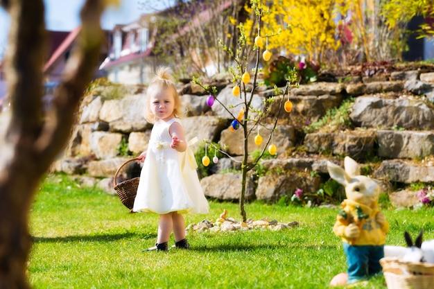 Meisje op paaseijacht met eieren Premium Foto