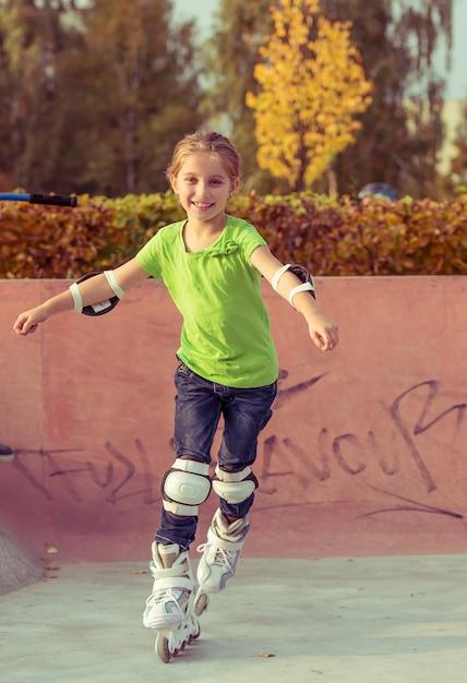 Meisje op rolschaatsen Premium Foto