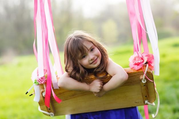 Meisje op schommel, meisje op park Premium Foto