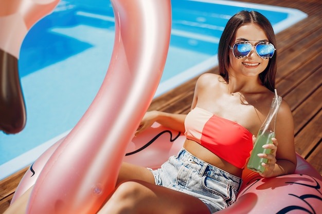 Meisje op zomerfeest in het zwembad Gratis Foto