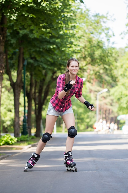 Meisje paardrijden rollerblades Gratis Foto