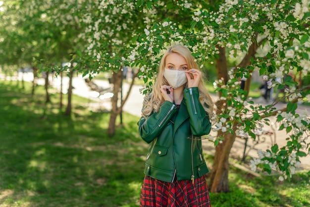 Meisje past gezichtsmasker aan voor betere bescherming tegen virussen Premium Foto