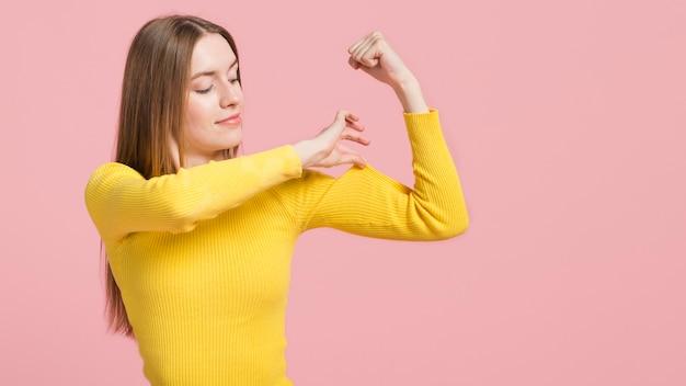 Meisje raakt haar arm Gratis Foto