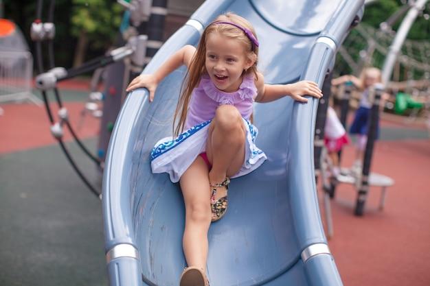 Meisje rijdt op de heuvel in een pretpark Premium Foto
