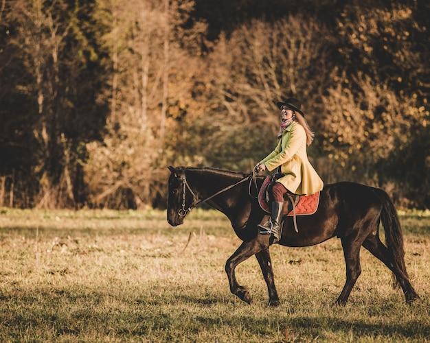 Meisje rijdt op een paard Gratis Foto