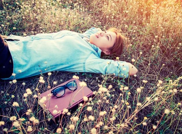 Meisje rust liggen onder de bloemen Gratis Foto
