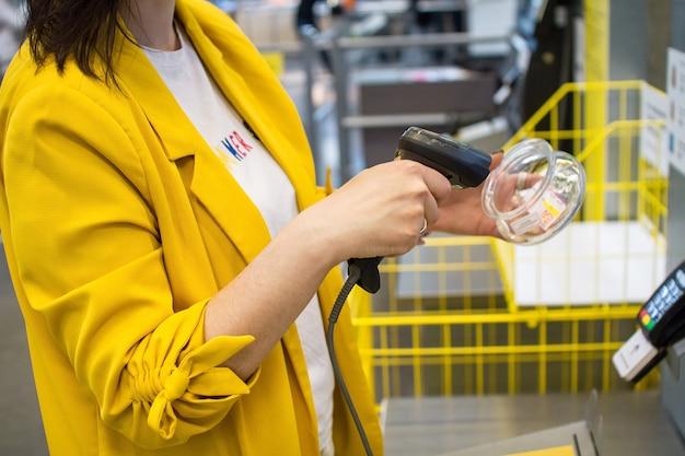 Meisje scant een aankoop in een winkel of supermarkt Premium Foto