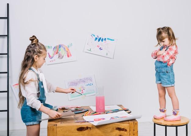 Meisje schilderij meisje op stoel Gratis Foto