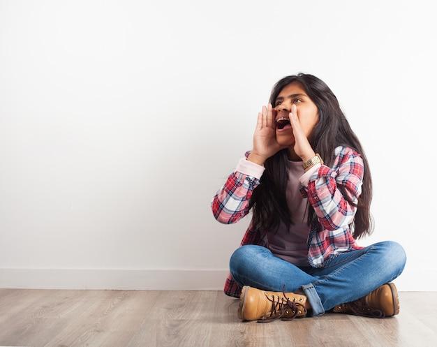 Meisje schreeuwen met handen op gezicht Gratis Foto