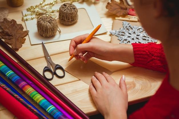 Meisje schrijft een brief aan de kerstman Premium Foto