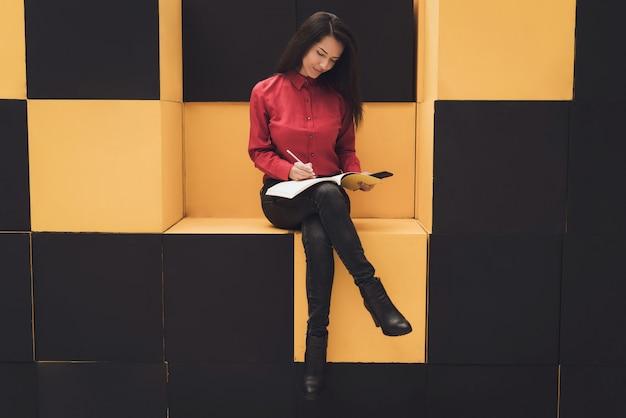 Meisje schrijft in het dagboek voor inzendingen. Premium Foto
