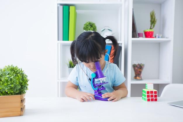 Meisje speelarts met stethoscoop Gratis Foto
